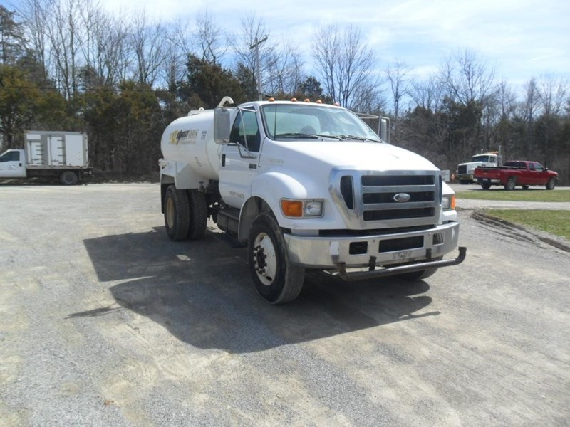 2006 Ford F750 XL Image 2