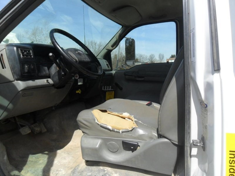 2006 Ford F750 XL Image 10