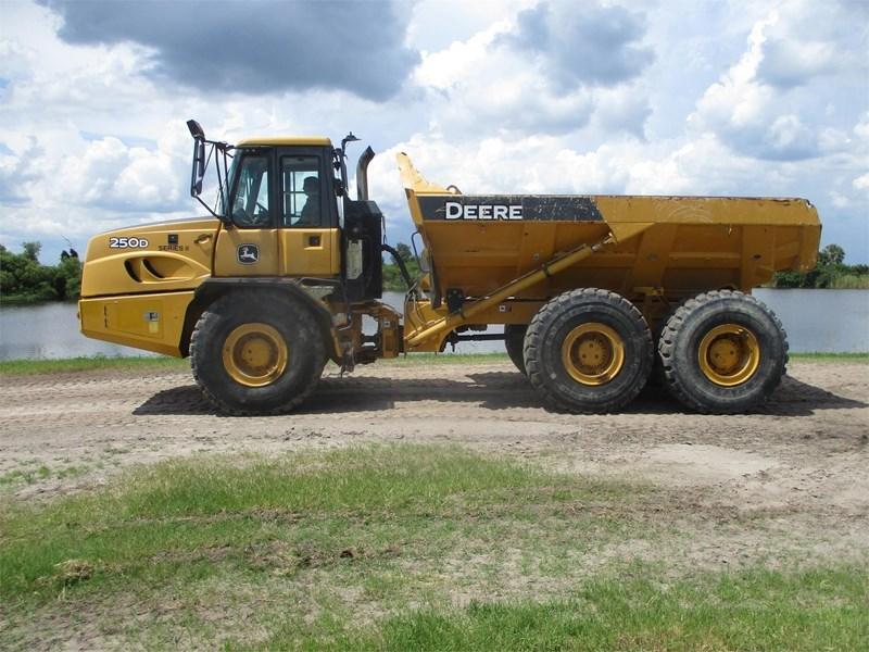 2013 John Deere 250D II Image 2