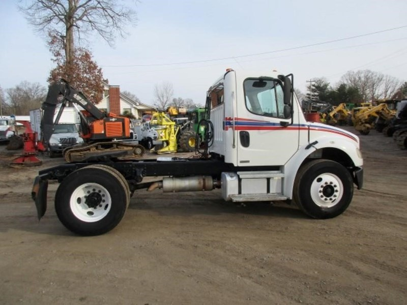 2005 Freightliner BUSINESS CLASS M2 106 Image 1