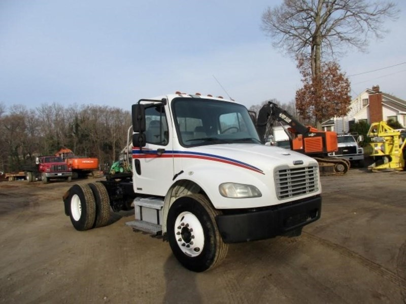 2005 Freightliner BUSINESS CLASS M2 106 Image 2