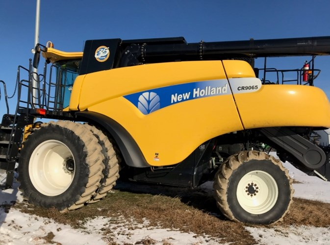 2010 New Holland CR9065 Combine For Sale