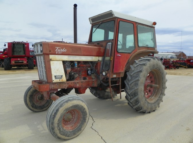 1975 IH 1066 Tractor For Sale