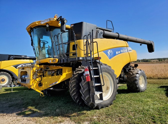 2011 New Holland CR9065 Combine For Sale